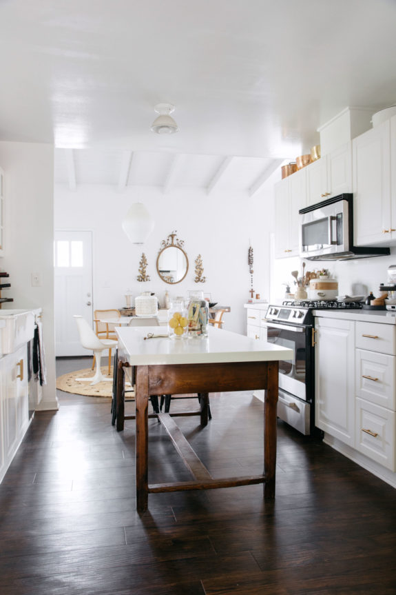 kitchen with dark wood floors and benjamin moore oxford white walls. / sfgirlbybay