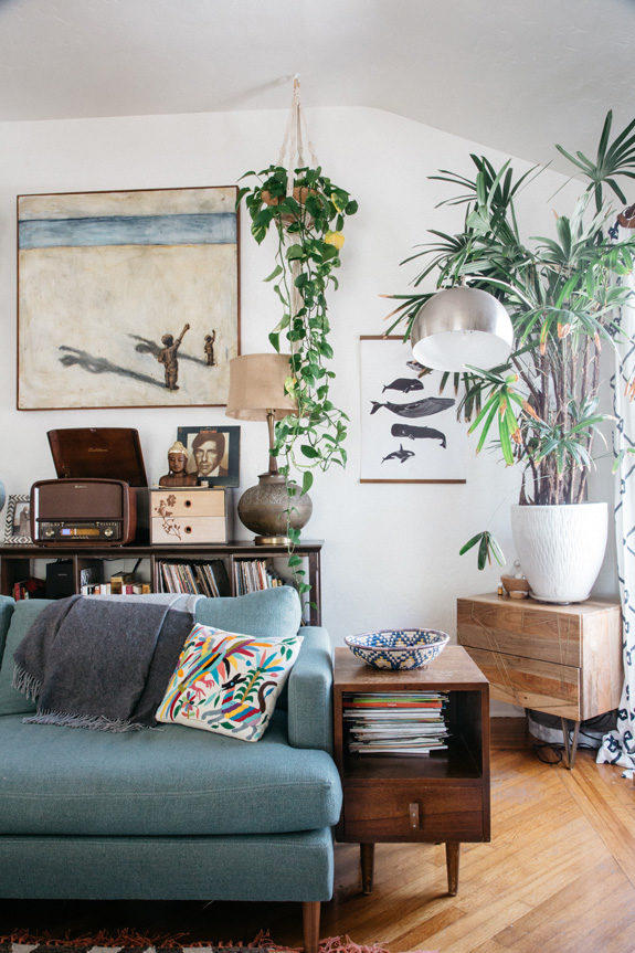 green houseplants inside marisa vitale's bohemian home in Venice, California. / sfgirlbybay